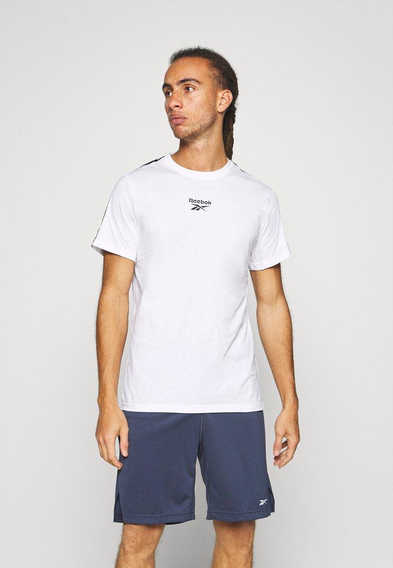 Reebok - TAPE TEE - T-shirt med print - white