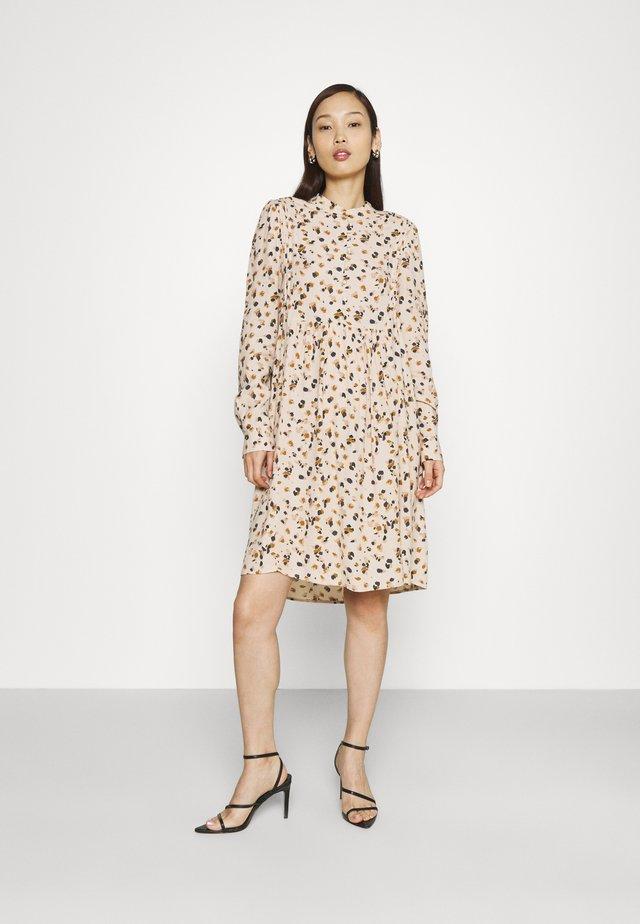 OBJNELL DRESS  - Skjortekjole - sandshell/multi colour