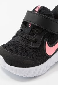 Nike Performance - REVOLUTION 5 UNISEX - Neutrale løbesko - black/sunset pulse - 2