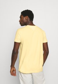 Tommy Hilfiger - STRETCH SLIM FIT TEE - T-shirt - bas - delicate yellow - 2