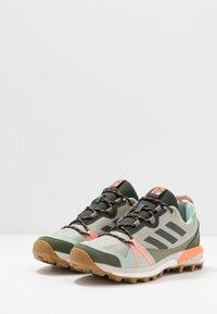adidas Performance - TERREX SKYCHASER - Løbesko trail - grey/legend earth/granit tint - 2