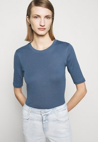 CLOSED - WOMEN´S - Basic T-shirt - commodore blue