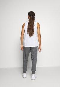 Nike Sportswear - CLUB - Pantalon de survêtement - charcoal heathr/anthracite/white - 2