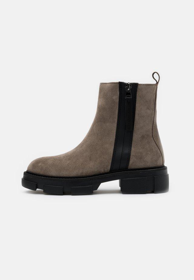 ALMA - Kotníkové boty na platformě - pardo