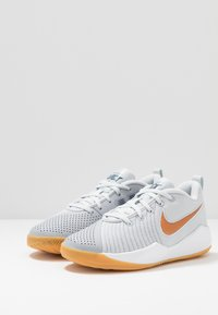 Nike Performance - TEAM HUSTLE QUICK 2 - Basketball shoes - pure platinum/metallic copper/wolf grey/midnight navy - 3