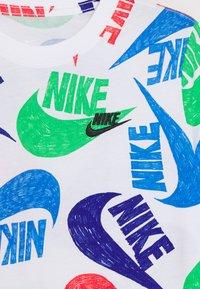Nike Sportswear - TEE MARKER MASH UNISEX - Camiseta estampada - white/pacific blue/green spark - 2