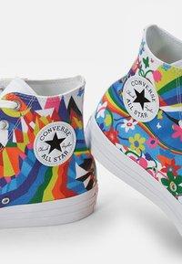 Converse - CHUCK TAYLOR ALL STAR PRIDE - Zapatillas altas - white/multi/white - 5