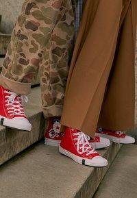 Converse - CHUCK TAYLOR ALL STAR - Sneakers hoog - university red/black/rush blue - 3