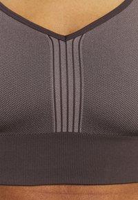 Casall - SEAMLESS  - Light support sports bra - berlin brown - 3