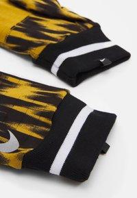 Nike Performance - MENSWILDRUN PRINTED SPHERE GLOVES UNISEX - Gloves - ochre/black/silver - 2