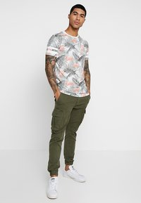 Jack & Jones - JORDIZ TEE CREW NECK - T-shirt med print - cloud dancer/flamingo - 1