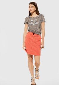comma casual identity - MIT STATEMENT-PRINT - Print T-shirt - dark khaki - 1
