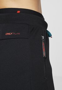 ONLY Play - ONPEVE PANTS - Pantalones deportivos - black/shaded spruce/flame scar - 5