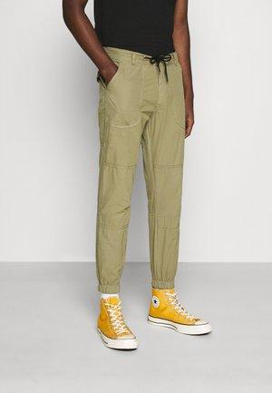 PANT - Pantalones - green