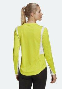 adidas Performance - OWN THE RUN 3-STRIPES RUNNING LONG-SLEEVE TOP - Maglietta a manica lunga - yellow - 1