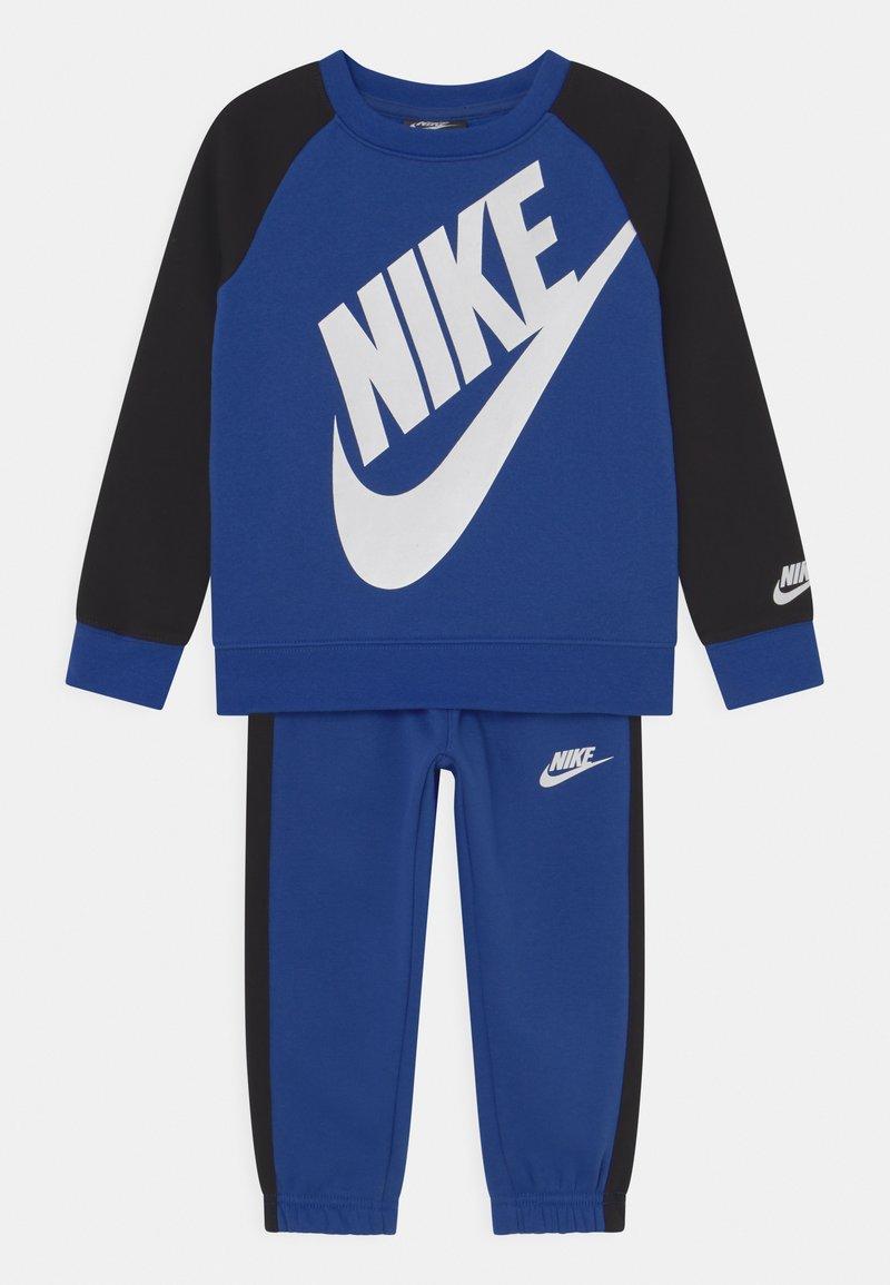 Nike Sportswear - OVERSIZED FUTURA CREW SET - Chándal - game royal/black/white