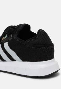 adidas Originals - SWIFT RUN X J UNISEX - Zapatillas - core black/grey one/hazy green - 6