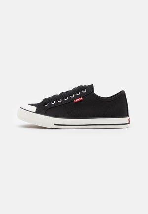 HERNANDEZ - Sneakersy niskie - regular black