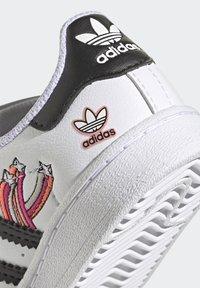 adidas Originals - SUPERSTAR SHOES - Sneakers laag - ftwr white/core black/gold met. - 7