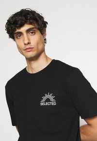 Selected Homme - SLHRELAXEDMILO ONECK TEE - Print T-shirt - black - 3
