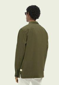Scotch & Soda - SCOTCH & SODA ZIP-CLOSURE LOOSE-FIT SHIRT - Overhemd - army - 2