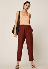 OYSHO - Spodnie materiałowe - brown - 1