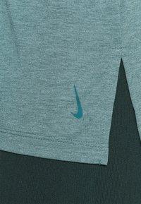 Nike Performance - YOGA LAYER TANK - Camiseta de deporte - light pumice/dark teal green - 4