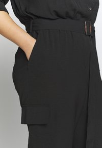 Vince Camuto Plus - ROLLTAB RUMPLE  BELTED CARGO  - Overal - black - 4