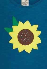 Frugi - MYLA SUNFLOWER - T-shirt print - steely blue - 2