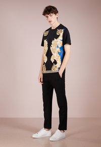 Versace Collection - T-shirt med print - black - 1