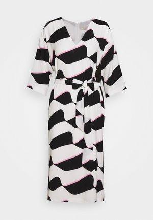 GRAPHIC WAVE SHIFT - Sukienka letnia - mono