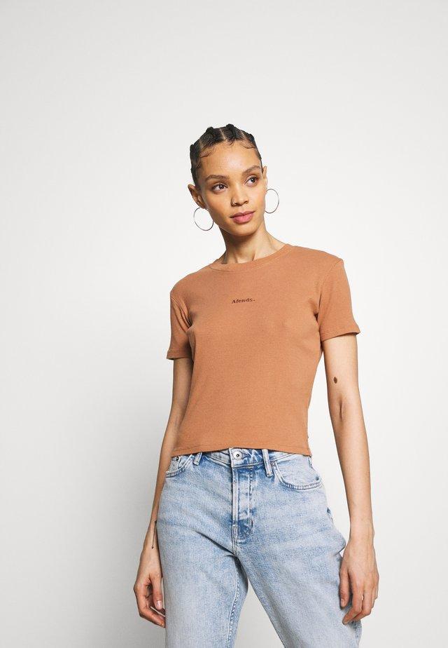 JULIETTE - T-shirt z nadrukiem - clay