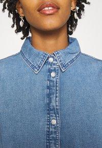 Monki - Denimové šaty - blue medium dusty - 4