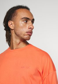 NU-IN - OVERSIZED CREW NECK  - Basic T-shirt - orange - 3