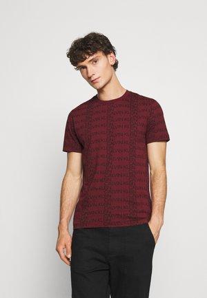 ALLOVER LOGO - T-shirt con stampa - tawny port