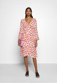 Fabienne Chapot - WINNI DRESS - Kjole - off-white/red - 1