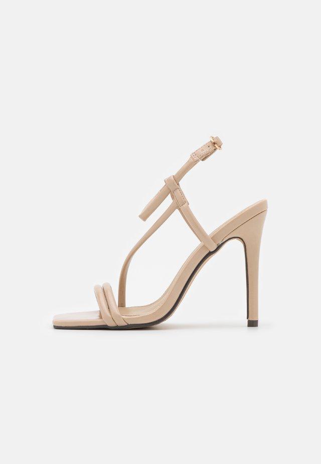 SHAW - Sandały - nude