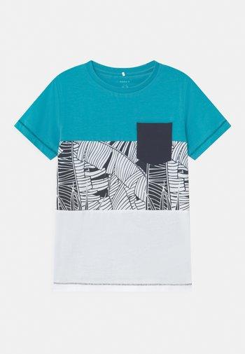 NKMZOM - T-shirt z nadrukiem - peacock blue