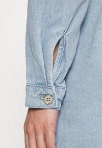 Missguided - UTILITY POCKET BELTED DENIM DRESS - Vestido vaquero - light blue - 4