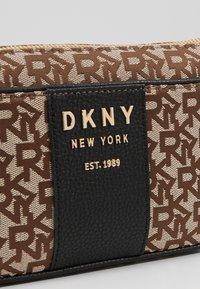 DKNY - NOHO DEMI CROSSBODY - Handtas - chino/black - 6