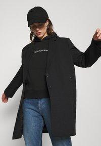 Calvin Klein Jeans - SHRUNKEN INSTITUTIONAL - Hoodie - black - 3