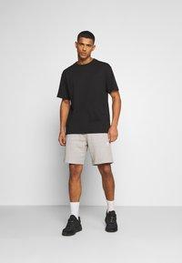 adidas Originals - ESSENTIAL UNISEX - Shorts - mottled dark grey - 1