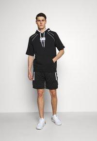 Champion - HOODED SHORT SLEEVES - Sweatshirt - black/white - 1