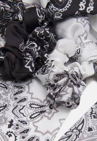 Pieces - PCJACKQULINA 2 PACK BOW SCRUNCHIE - Akcesoria do stylizacji włosów - bright white/black - 3
