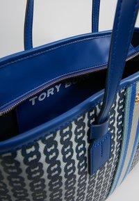 Tory Burch - GEMINI LINK SMALL TOTE - Borsa a mano - bondi blue - 4