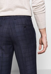 Isaac Dewhirst - CHECK TROUSERS - Spodnie materiałowe - navy - 5