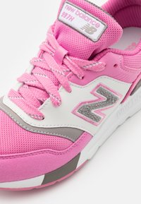 New Balance - GR997HVP - Sneakersy niskie - pink - 5