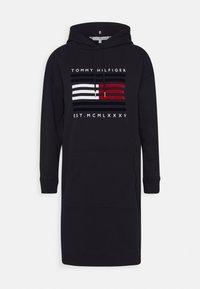 Tommy Hilfiger - REGULAR FLAG HOODIE DRESS - Day dress - desert sky - 0