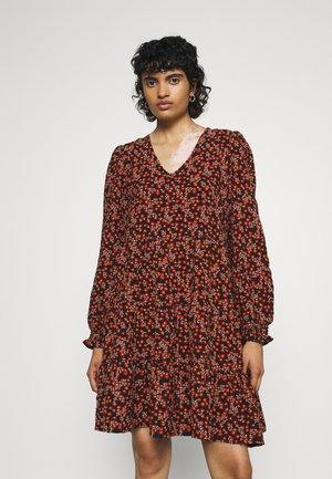 VMSALINA DRESS - Vapaa-ajan mekko - chili oil/salina