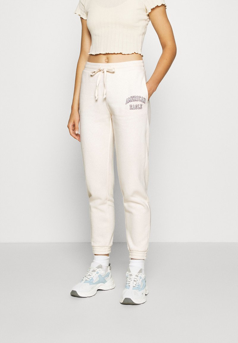 American Eagle - INTERNATIONAL BRANDED JOGGER - Tracksuit bottoms - toasted coconut